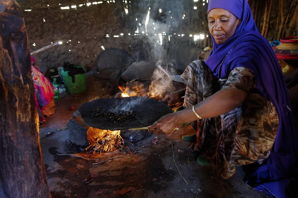 Äthiopische Kaffeezeremonie: Der Kaffee ist geröstet